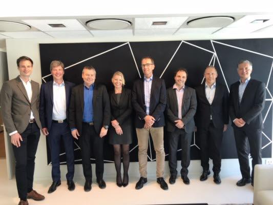 Fra venstre: Viktor Skargren (Project Manager Strategy & M&A, Axel Johnson International), Ole Weiner (CEO, AxFlow Holding), Hans Erik Maastad (daglig leder, Innva AS), Nina Standahl (administrasjons- og markedssjef, Innva AS), Gunnar Ødegård (administrerende direktør, AxFlow AS), Rune Borgen Karang (MA-sjef, Innva AS), Lars Carlson (CFO, AxFlow Holding), Anders Larsen (Økonomisjef, AxFlow AS).